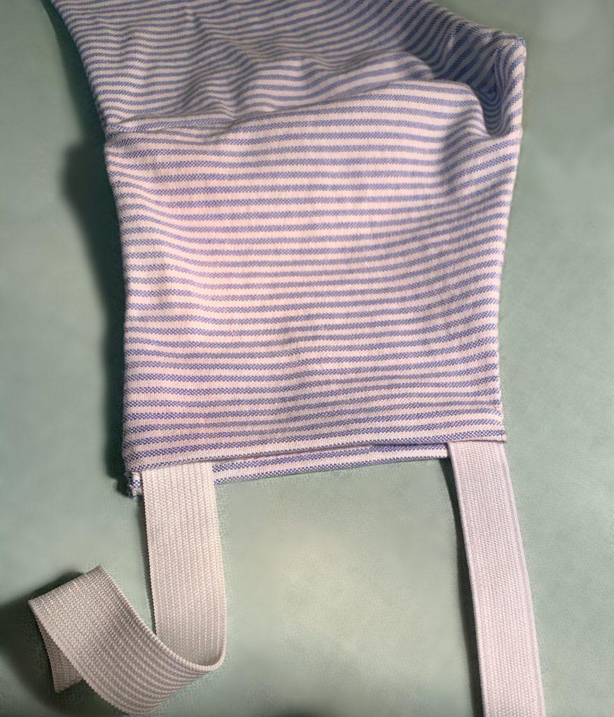 Aggiunta di elastico alla mascherina protettiva.